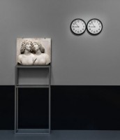 "The Shape of the Time: Tullio Lombardo,  Junges Paar , um 1505/10  Kunsthistorisches Museum Wien, Kunstkammer  © KHM-Museumsverband / Felix Gonzalez-Torres,  ""Untitled"" (Perfect Lovers) , 1987-1990  Wadsworth Atheneum Museum of Art, Hertford, CT  © The Felix Gonzalez-Torres Foundation  Courtesy of Andrea Rosen Gallery, New York"